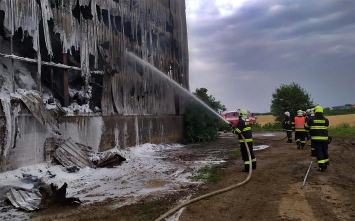7 jednotek zasahovalo u požáru velkokapacitního skladu sena v Želatovicích