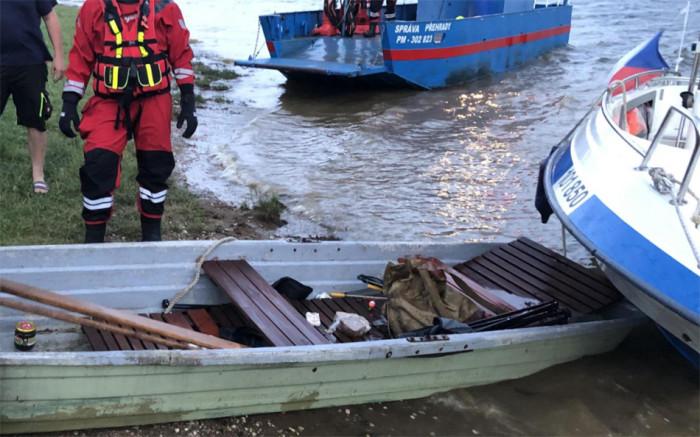 Policisté ze zatopené lodi vytáhli čtyři osoby