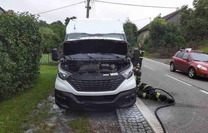 V Holetíně na Chrudimsku řidič začal sám hasit své auto, pomohl mu i kolemjedoucí řidič