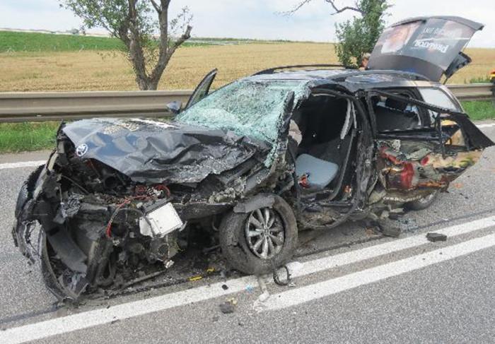 Sedm lidí se zranilo při střetu dvou osobních vozidel u Lochenic
