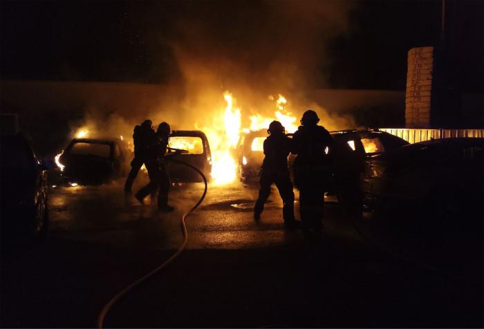 Sedm zaparkovaných vozidel v brněnské Františkánské ulici bylo zničeno požárem