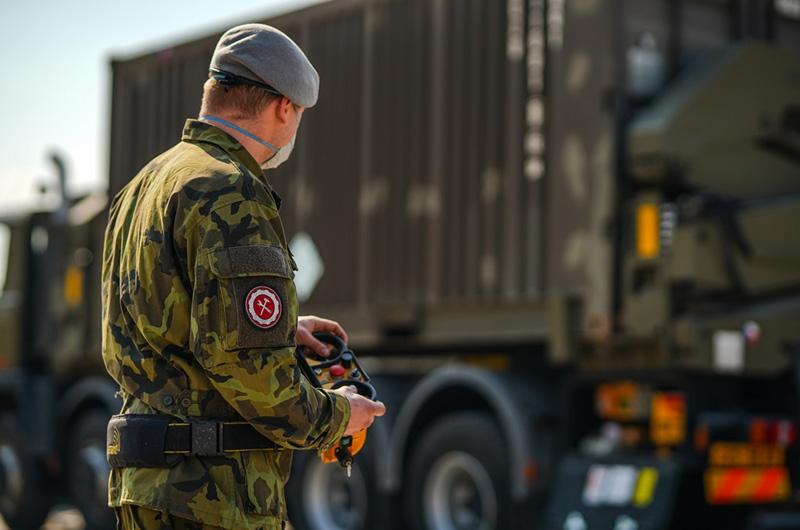 Vojáci dostanou mimořádné odměny za pomoc v boji s epidemií Covid-19