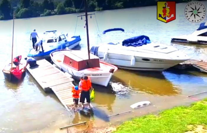 V Praze se na řece Vltavě převrátila plachetnice s tříčlennou rodinou