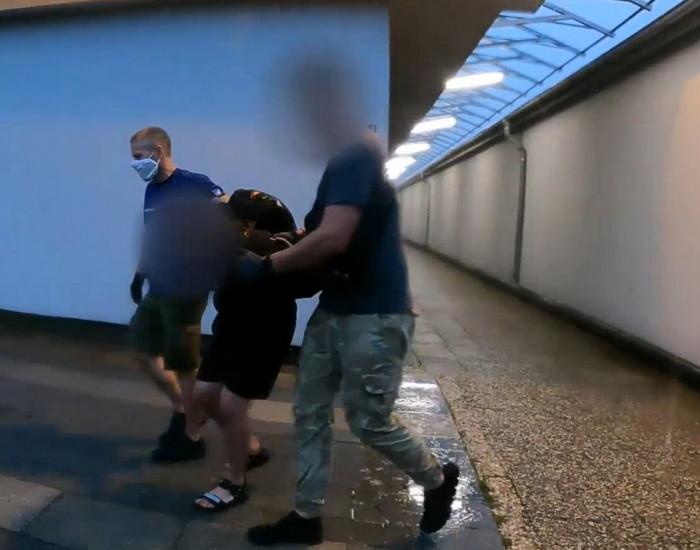 Pětatřicetiletý cizinec v Praze na zastávce brutálně napadl ženu a poté ji oloupil