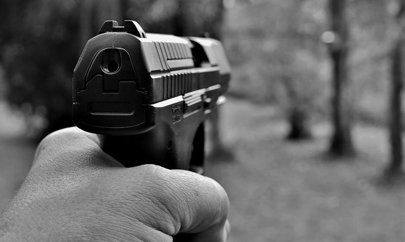 Opilý muž vyhrožoval na ulici kolemjdoucím střelnou zbraní