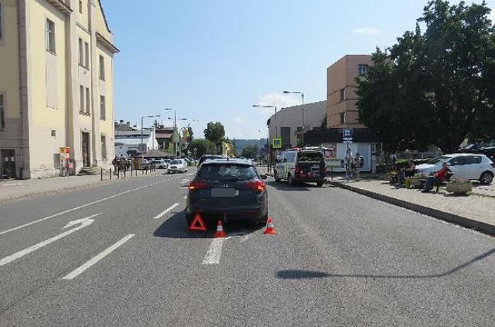 Motocyklista naboural do před ním jedoucího automobilu a z místa nehody ujel