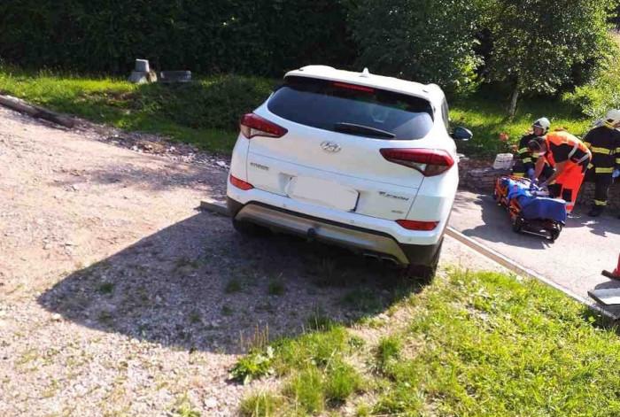 Řidičku uvěznilo její vlastní auto, přimáčklo ji k zídce