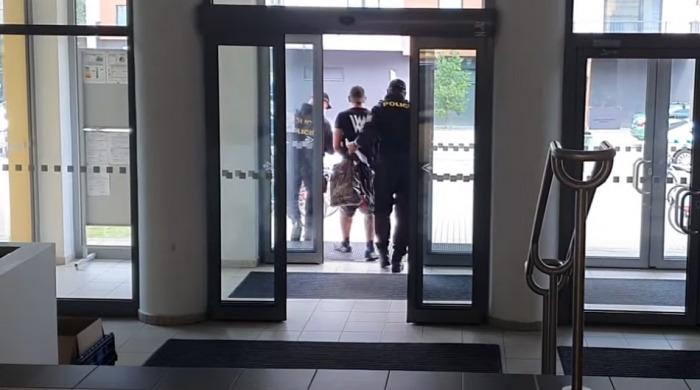 Policista ve svém volnu zadržel v Pardubicích hledaného vězně