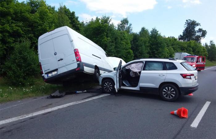 Střet tří vozidel zablokoval na pět hodin silnici I. třídy u Semic na Písecku