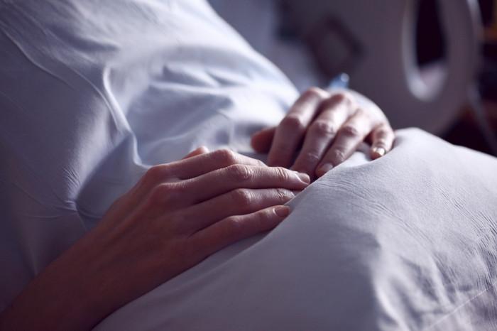 Oběti nezákonných sterilizací se po letech dočkají odškodnění - zákon schválil Senát