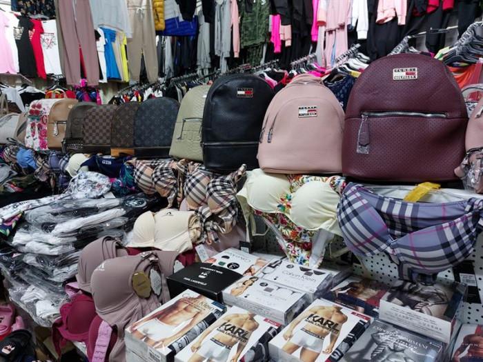Při velké razii v pražské Sapě zadrželi celníci desítky tisíc kusů falzifikátů oblečení, obuvi i galanterie