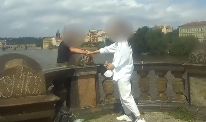Nešťastný muž chtěl skočit z mostu v centru Prahy