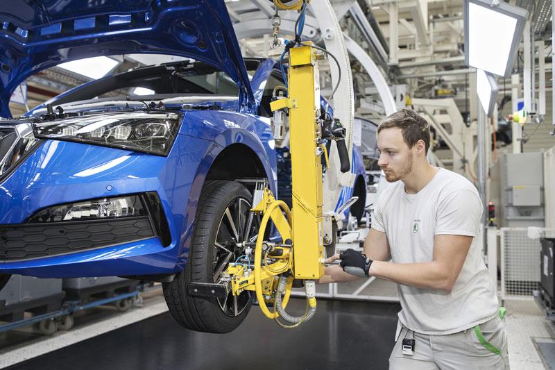 Meziročně v červnu 2021 průmysl vzrostl o 11,4 % a meziměsíčně o 1 %