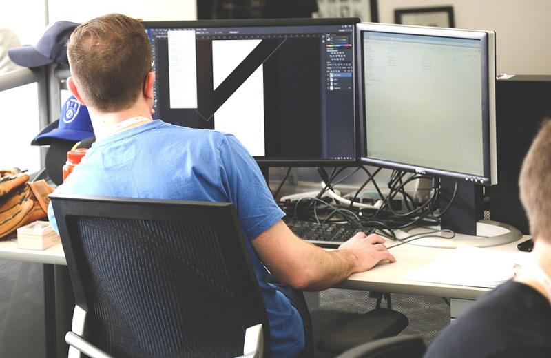 Průměrná hrubá měsíční mzda ICT odborníků dosáhla v roce 2020 bezmála 62 tisíc korun