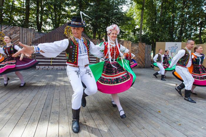 Červený Kostelec roztančí 67. Mezinárodní folklorní festival