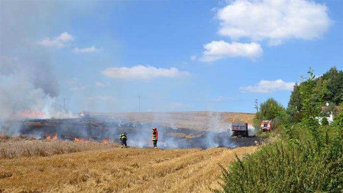 Po��r pole a traktoru u Chebu zp�sobil �kodu t�m�� milion korun