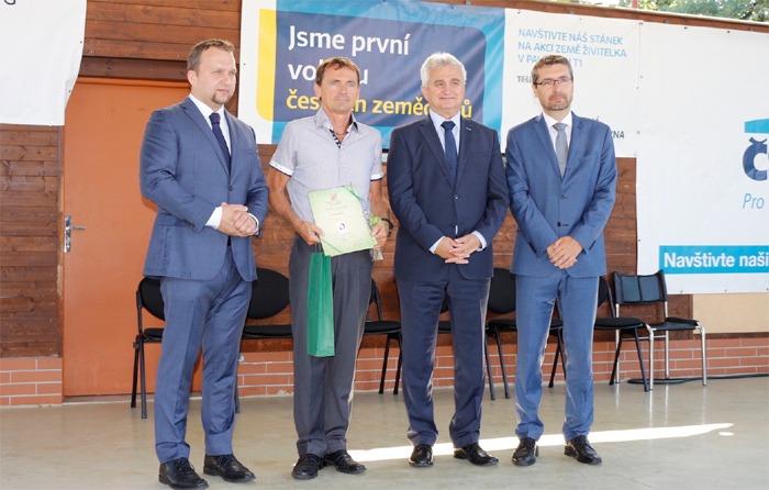 Ministr zem�d�lstv� p�ed�val certifik�ty KLASA v��esk�ch Bud�jovic�ch