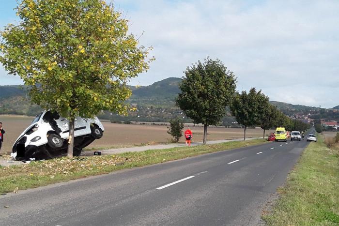 U obce Žitenice došlo ke střetu dvou osobních vozů, jeden z nich zůstal zaklíněný ve stromě