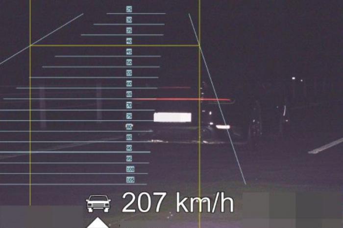 Na dálnici D11 se řidič s osobním vozidlem řítil rychlostí přesahující 200 km/h