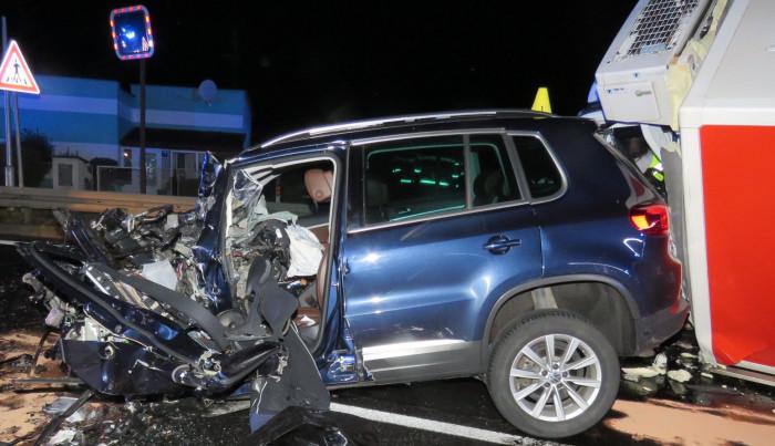 Při čelní srážce dodávky s osobním vozem na Rakovnicku zemřeli oba řidiči