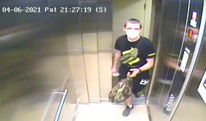 Neznámý pachatel se v Praze vloupal do kanceláří, kde ukradl peníze, platební karty i elektroniku