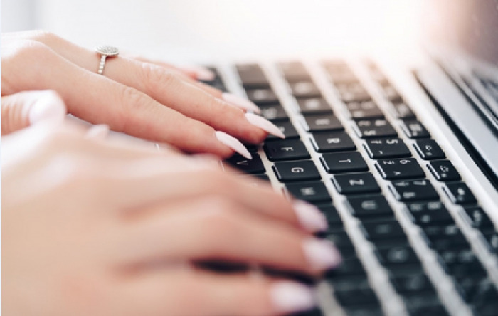 Trojice podvodníků prodávali přes internetové bazary a fiktivní e-shopy elektroniku, podvedli celkem 650 osob