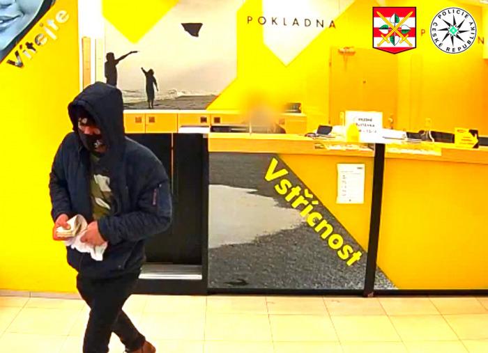 Policie pátrá po nebezpečném lupiči, který v centru Brna přepadl banku se zbraní v ruce