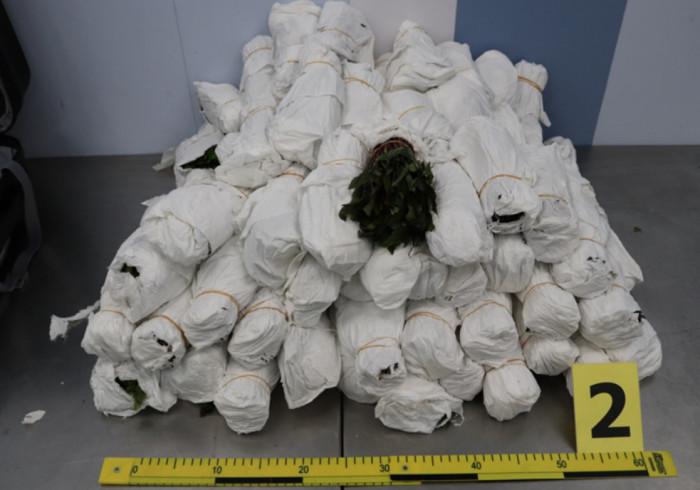 Ruzynští celníci zadrželi tři cizinci, kteří chtěli ve svých zavazadlech propašovat 63 kg drogy
