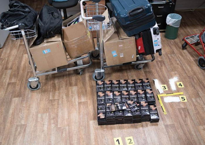 Ruzyňští celníci zadrželi cizince, který v cestovních zavazadlech pašoval 52 kg tabáku do vodní dýmky