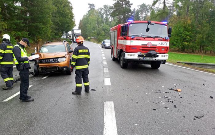 V Dačicích se střetla dodávka s osobním vozem, dvě osoby se při nehodě zranily