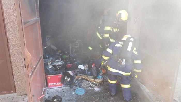 Při požáru garáže v bytovém domě v Holicích bylo evakuováno 15 osob