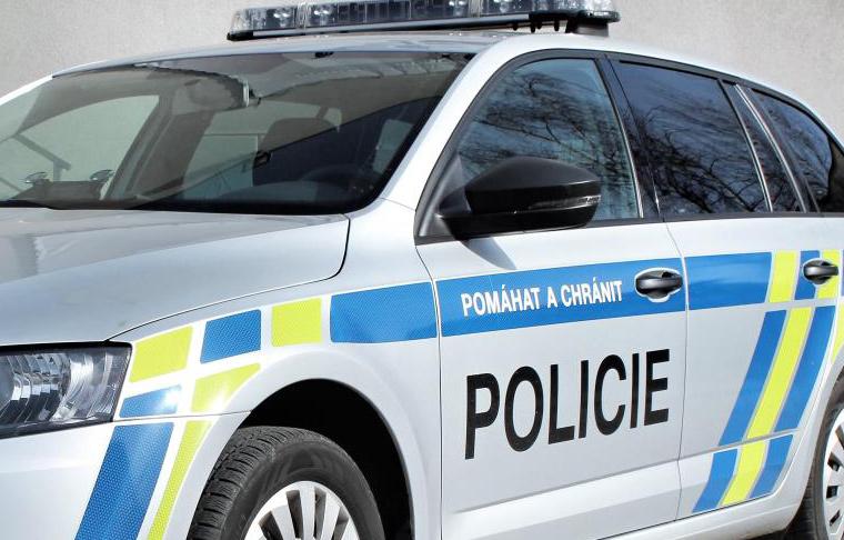 Motocyklista se zákazem řízení se snažil před policejní hlídkou ujet po poli