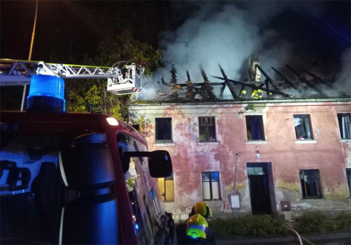 Škodu za milion korun způsobil požár střechy opuštěného domu v Lokti