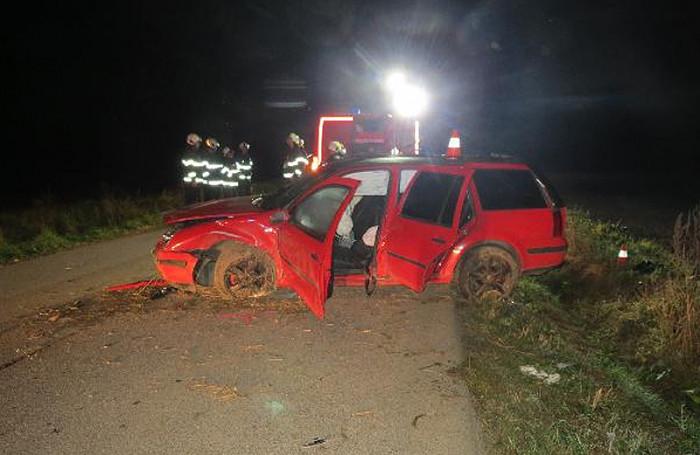 Řidič Golfu nezvládl zatáčku a skončil na střeše v příkopu, spolujezdkyně na následky zranění zemřela