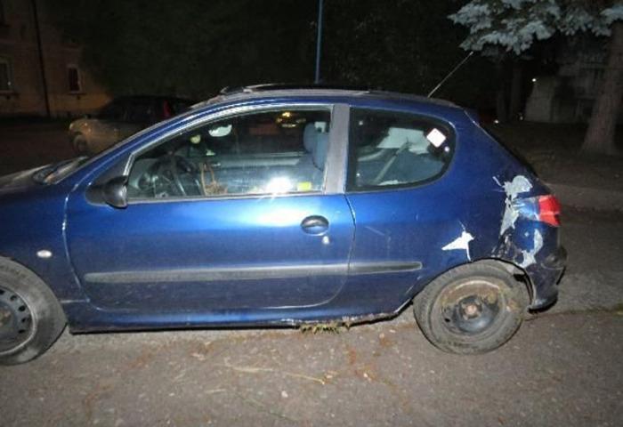 Opilá řidička po nárazu do stromu pokračovala v jízdě, zastavit ji musela policejní hlídka