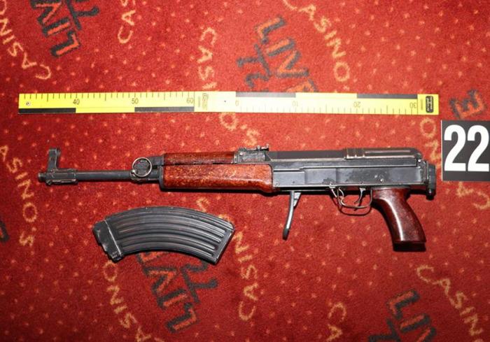 Celníci Libereckého kraje zajistili při razii v nelegálních hernách automaty i nelegální zbraně