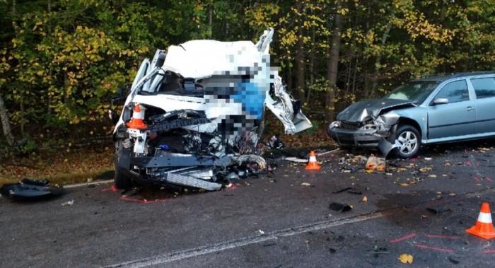 Při střetu dodávky, cisterny a auta na Pardubicku se zranily tři osoby, řidič dodávky na místě zemřel