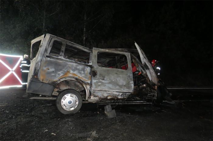 Při střetu dodávky s osobním vozem na Kladensku nepřežili dva lidé, další čtyři se těžce zranili