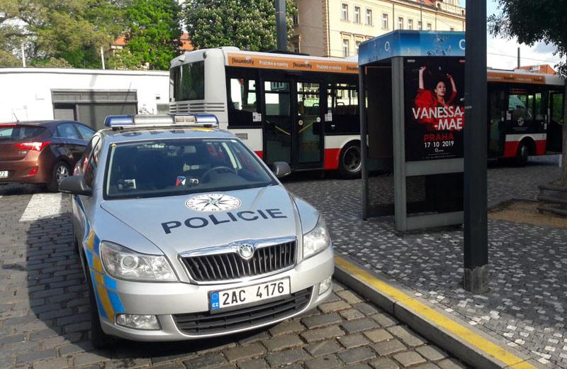 Řidička osobního vozu srazila v Plzni u autobusové zastávky mladou dívku
