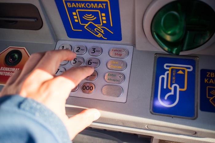 35letý muž z Litvínovska platil za zboží odcizenou kartou, peníze vybíral i z bankomatů