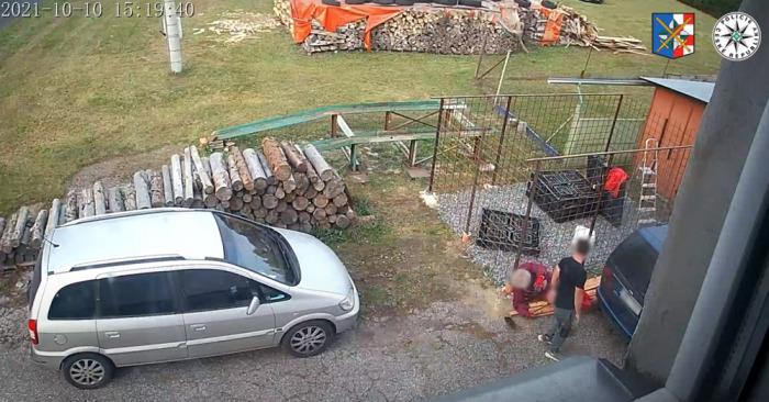 Po slovní potyčce najel muž na svého souseda úmyslně svým vozem a zranil ho