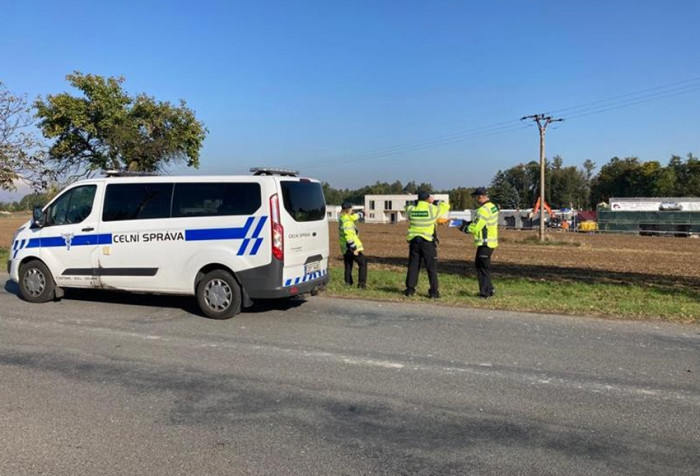 Celníci odhalili na stavbě v Kostelci nad Černými lesy 14 nelegálně zaměstnaných cizinců