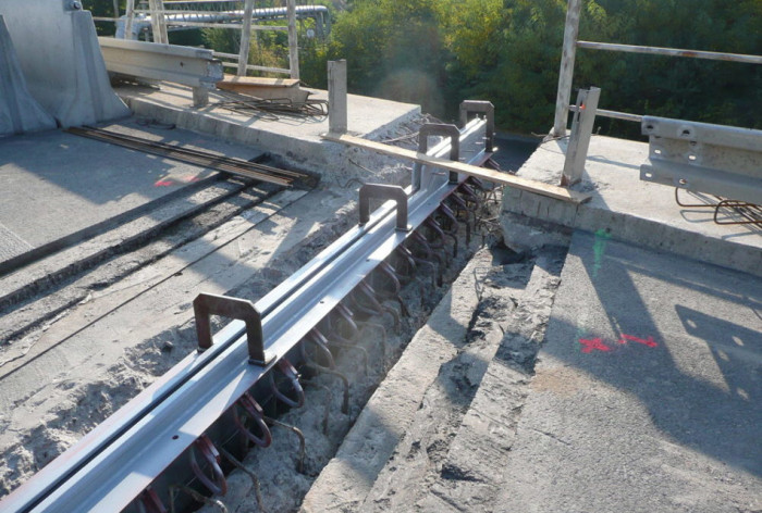 Na mostě v Komořanech probíhá betonáž mostních závěrů