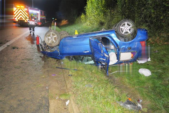 Řidič dostal na mokré vozovce smyk, narazil do svodidel a skončil s vozem na střeše