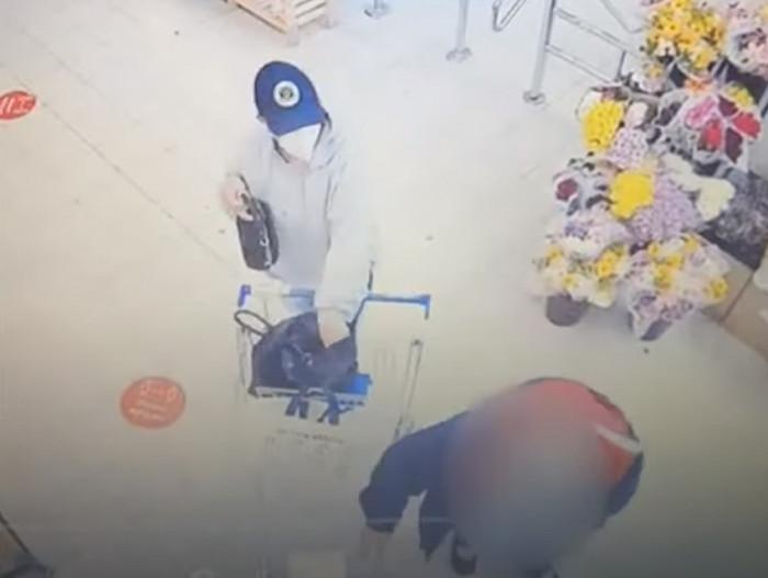 Policisté hledají ženu, kterou zachytily v Milovicích kamery při krádeži peněženky