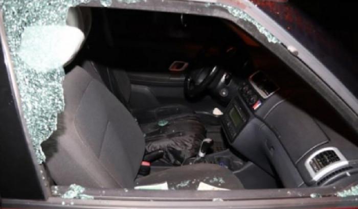 Neznámý pachatel vnikl po rozbití okna do osobního vozu a odcizil batoh s celým obsahem