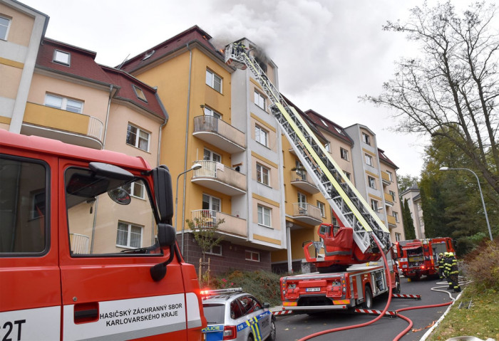 Šest jednotek hasičů zasahovalo v Karlových Varech při požáru podkrovního bytu