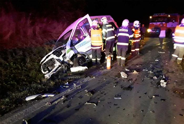 Na Žďársku se střetla dvě osobní vozidla a dodávka, dvě osoby se zranily