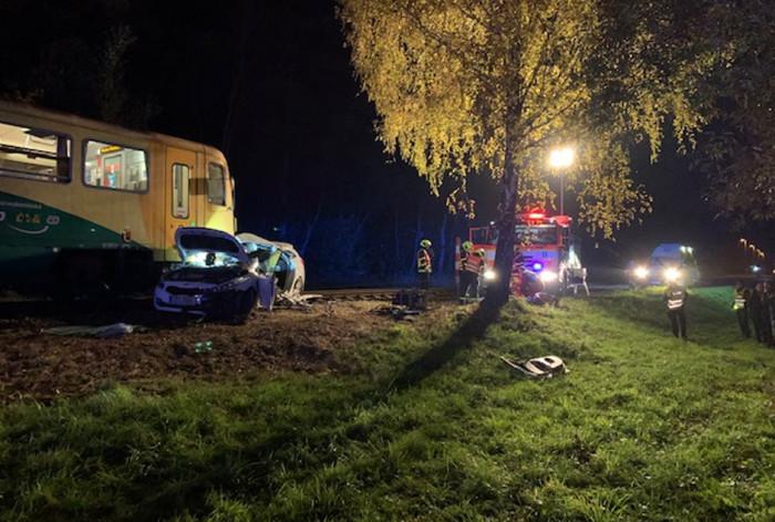 V Ropici se srazil na železničním přejezdu osobní vůz s vlakem, hasiči z auta vyprostili dvě zraněné osoby