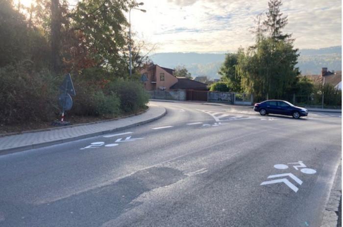V Berouně se na silnici objevil nový piktogramový koridor pro cyklisty